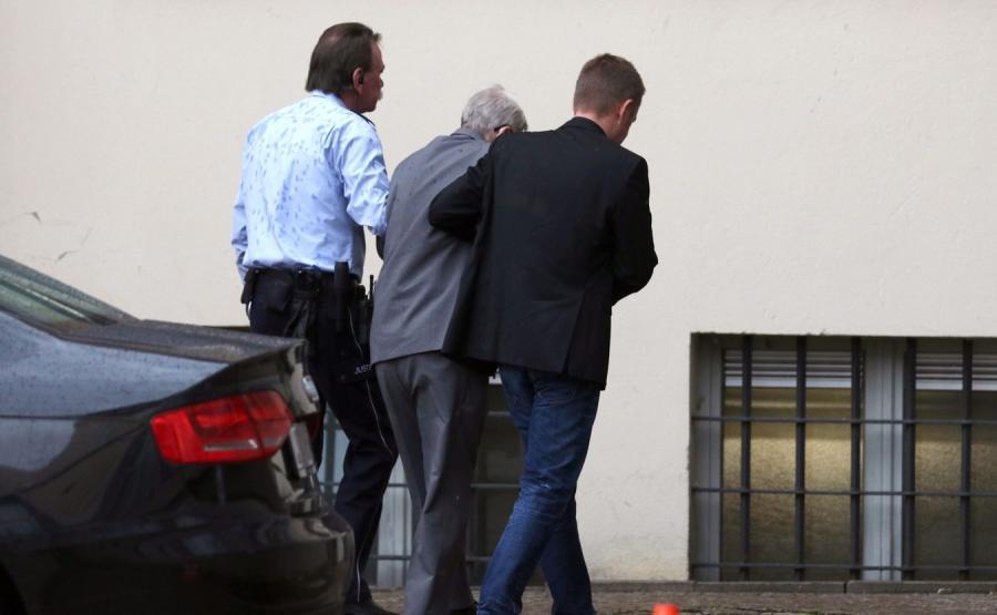 Reinhold Hanning doprowadzany na salę sądową