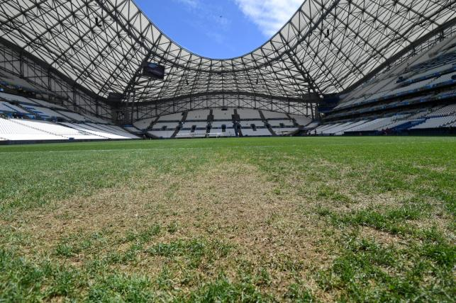 """Na tym """"pastwisku"""" Polska zagra z Ukrianią. Tak wygląda murawa na Stade Velodrome"""