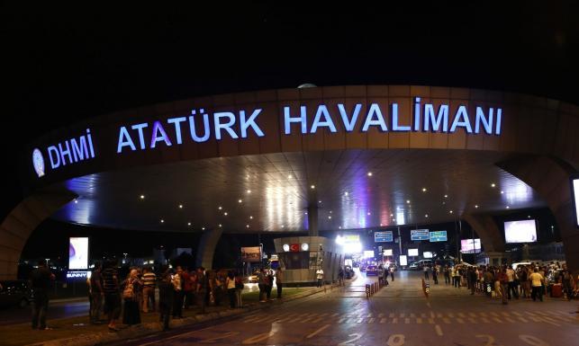 Terroryści-samobójcy zaatakowali lotnisko w Stambule. Oto ZDJĘCIA z Turcji