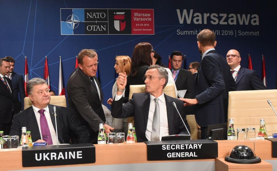 Prezydent Ukrainy Petro Poroszenko (L), sekretarz generalny NATO Jens Stoltenberg (3L), premier Danii Lars Lokke Rasmussen (2L), podczas Komisji NATO - Ukraina (NUC), w trakcie drugiego, ostatniego dnia szczytu NATO na stadionie PGE Narodowym w Warszawie