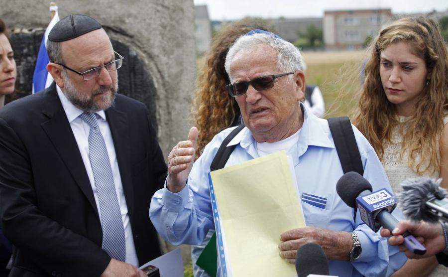 Naczelny rabin Polski Michael Schudrich (L) i ocalony dzięki polskiej rodzinie Icchak Lewin (C), podczas uroczystości przy pomniku ku czci pomordowanych Żydów, w 75. rocznicę mordu Żydów w Jedwabnem