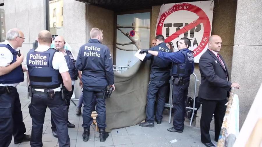 40 zatrzymanych po demonstracji przeciwko TTIP. Obsypywali negocjatorów konfetti i brokatem
