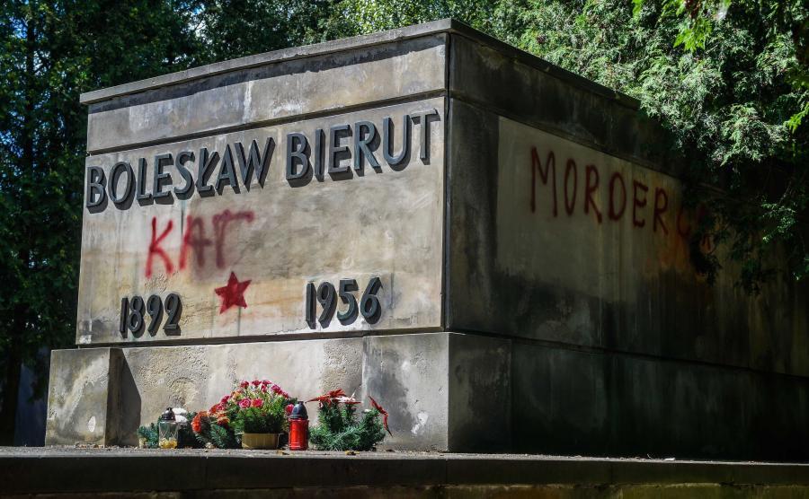Zdewastowany grób Bolesława Bieruta na warszawskich Powązkach Wojskowych