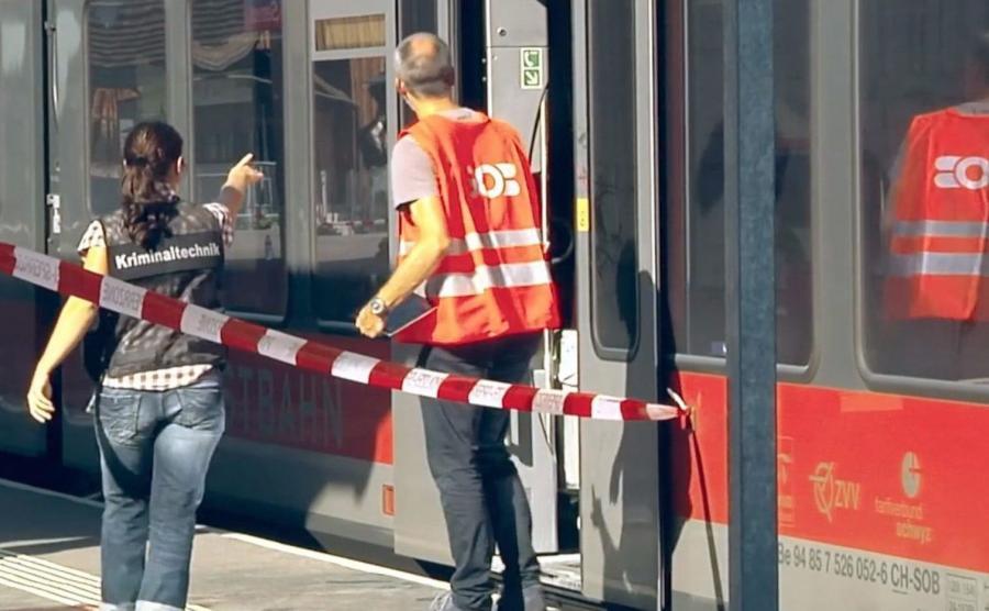 Technicy kryminalni w pociągu, w którym doszło do ataku