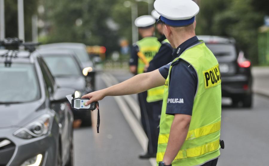 Policjant kontroluje kierowców