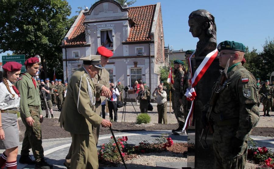 Jeden z pierwszych żołnierzy majora Łupaszki, Józef Rusak (C front) podczas uroczystości odsłonięcia, 27 bm. w Miłomłynie pomnika Danuty Siedzikówny, ps. \