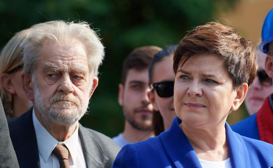Premier Beata Szydło oraz działacz opozycyjny Andrzej Gwiazda podczas uroczystości złożenia kwiatów przed pomnikiem Anny Walentynowicz