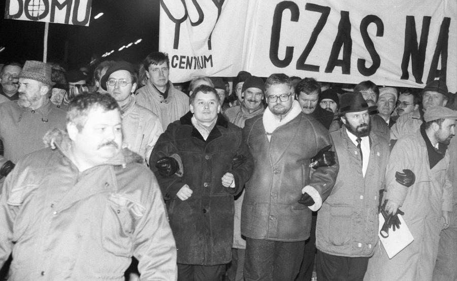 Demonstracja Porozumienia Centrum przed Belwederem. W pierwszym szeregu m.in. Jarosław Kaczyński. Styczeń 2993 roku