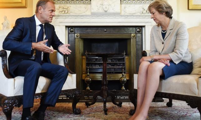 Krępujący rozporek brytyjskiej premier na spotkaniu z Donaldem Tuskiem. FOTO
