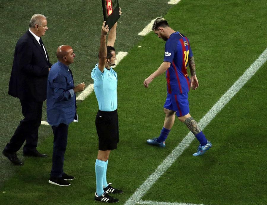 Lionel Messi opuszcza murawę