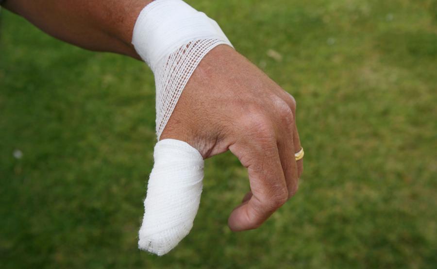 Zraniony i opatrzony kciuk