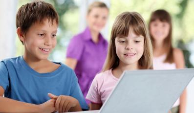 Dzieci spędzają pół dnia przed ekranem