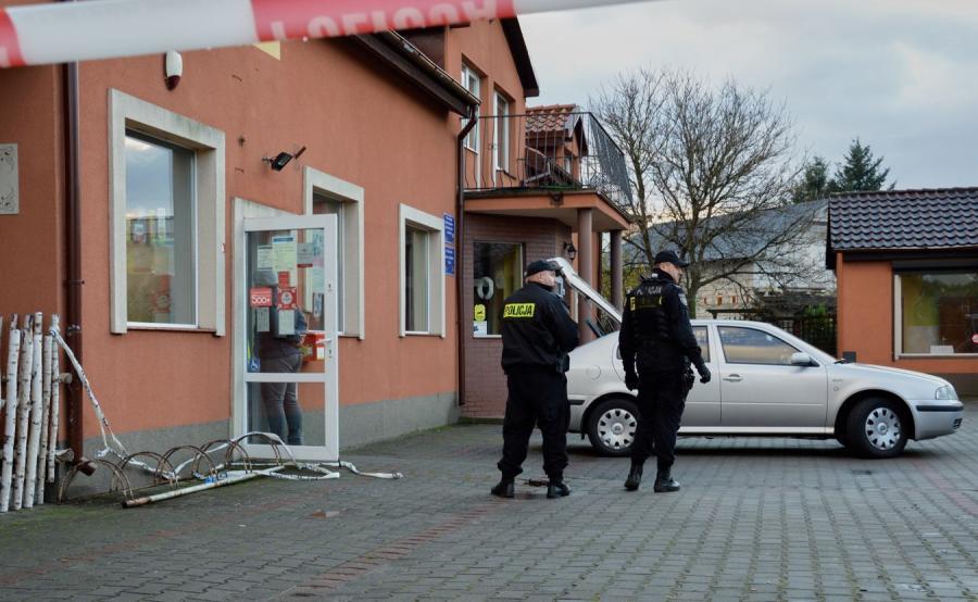 Policjanci przy poczcie w Mostach