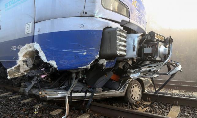 Tragiczny wypadek w Piotrkowie Trybunalskim. Szczątki auta rozrzucone wokół torów kolejowych [ZDJĘCIA]