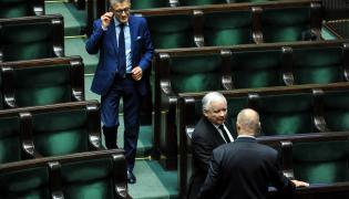 Prezes Prawa i Sprawiedliwości Jarosław Kaczyński (2P) oraz poseł Stanisław Piotrowicz (C) na sali obrad