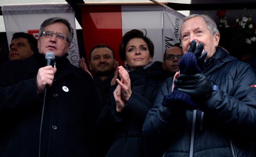 Były prezydent Bronisław Komorowski (P), posłanka PO Joanna Mucha (C) oraz były minister obrony Janusz Onyszkiewicz (P) podczas demonstracji przed siedzibą