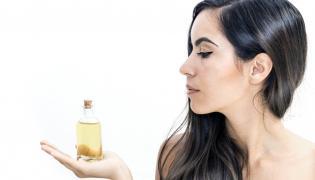 Kobieta trzymająca oliwę