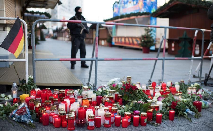 Znicze i kwiaty na miejscu tragedii