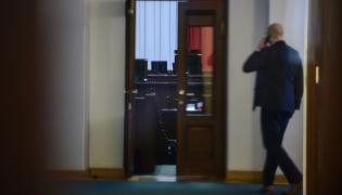 Widok przez szybę drzwi na salę plenarną w Sejmie
