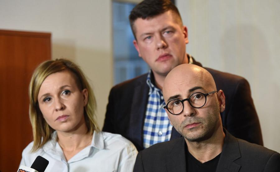 Magdalena Filiks (L), Jarosław Marciniak (tył) oraz Radomir Szumełda (P) z zarządu głównego Komitetu Obrony Demokracji