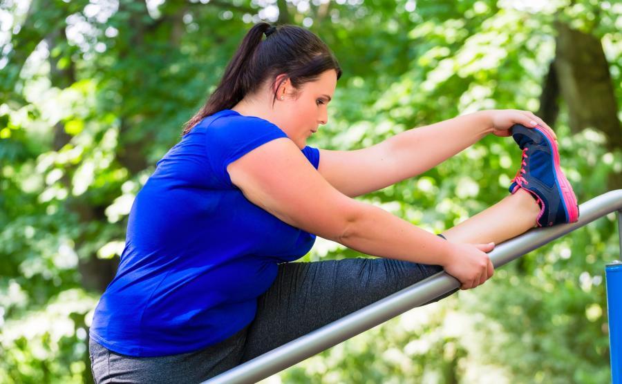 Otyła kobieta ćwiczy
