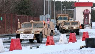 Żołnierze amerykańskiej Pancernej Brygadowej Grupy Bojowej (ABCT - Armored Brigade Combat Team) przekraczają polsko-niemiecką granice w Olszynie