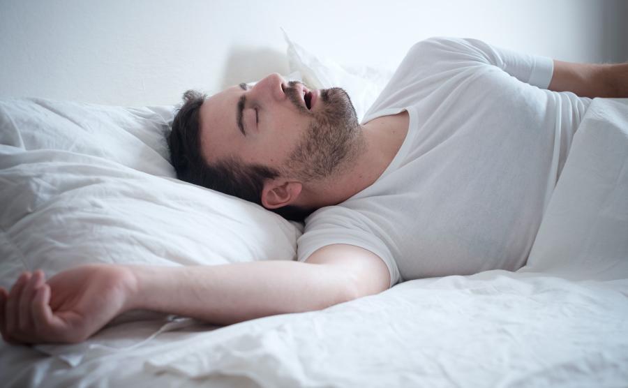 Mężczyzna śpi i chrapie
