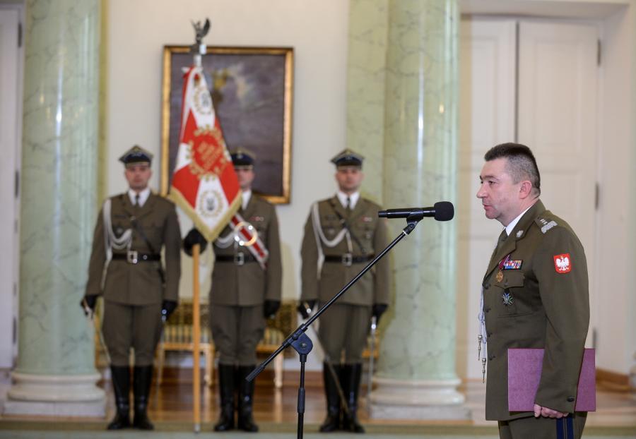 Gen. broni Leszek Surawski (P) odebrał nominację na szefa Sztabu Generalnego WP z rąk prezydenta Andrzeja Dudy