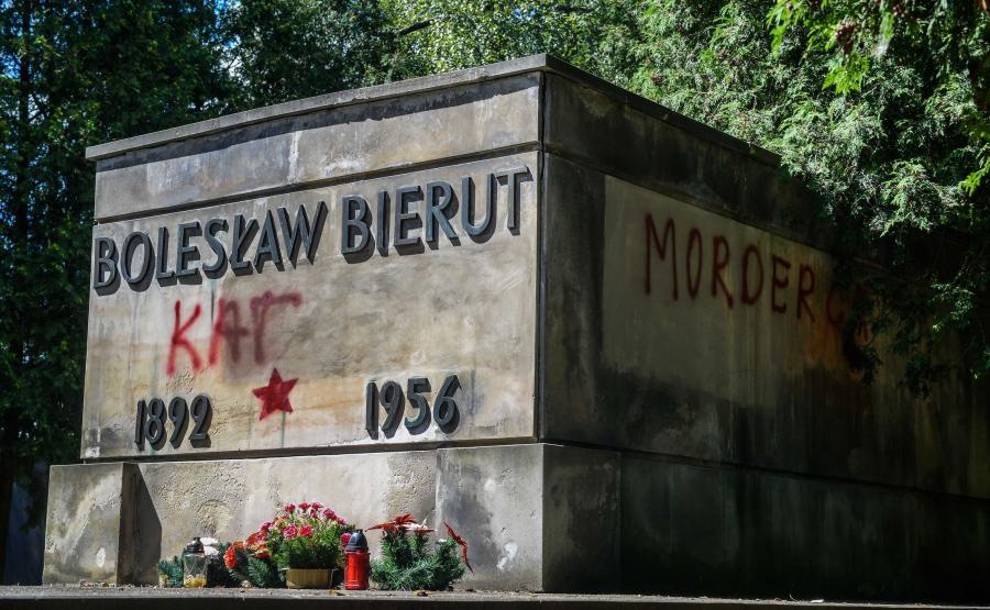 Zniszczony grób Bolesława Bieruta