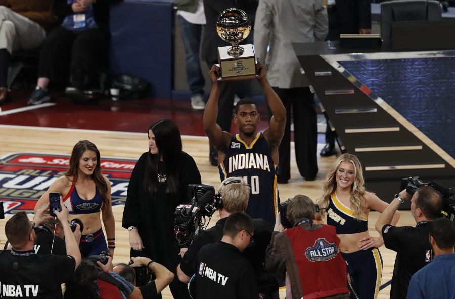 Robinson przeskoczył nad kolegą z drużyny, klubową maskotką oraz cheerleaderką i wygrał konkurs wsadów