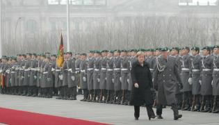 Angela Merkel przechodzi przed żołnierzami