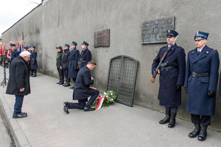 Prezydent Duda składa kwiaty