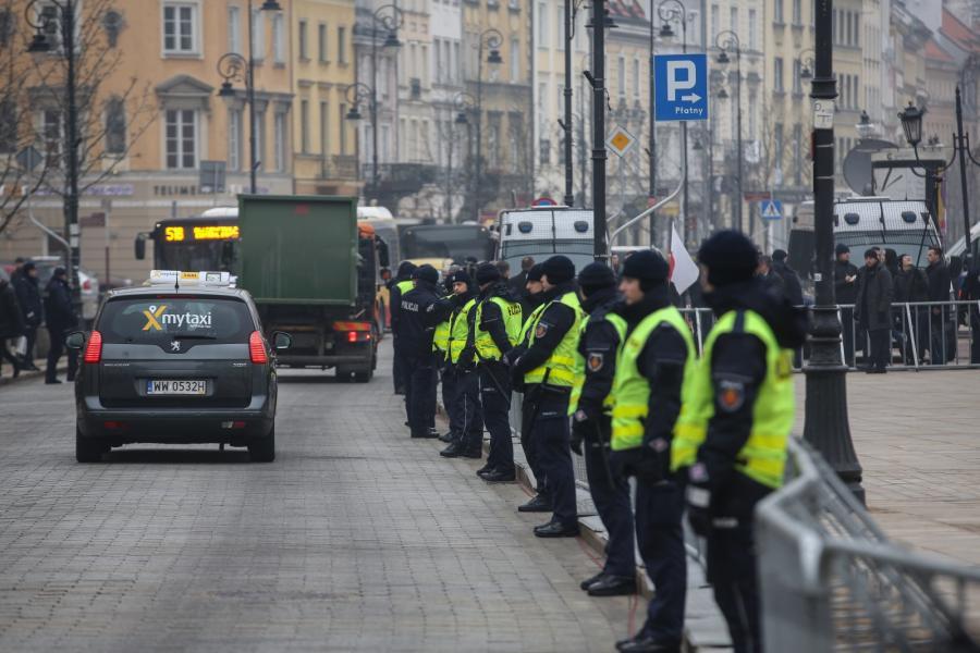 Policja ochrania uroczystość przed Pałacem Prezydenckim