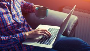 Mężczyzna pisze na laptopie